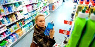 девушка покупает выбирает моющее средство